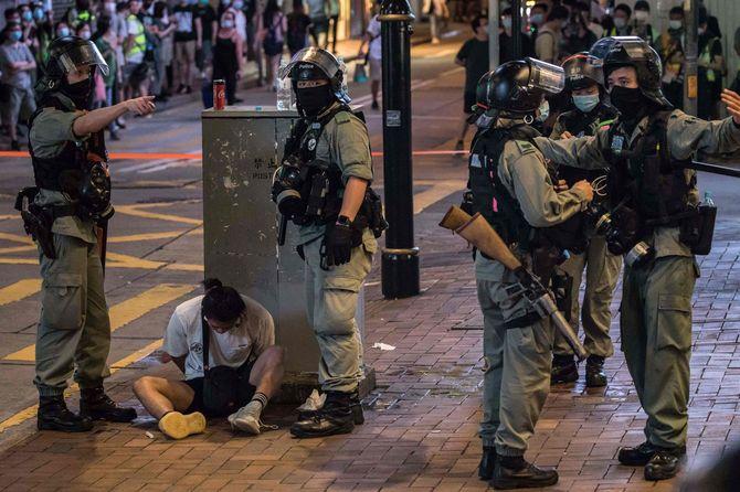 2020年7月1日、香港国家安全維持法に反対する集会の参加者を拘束する機動隊員