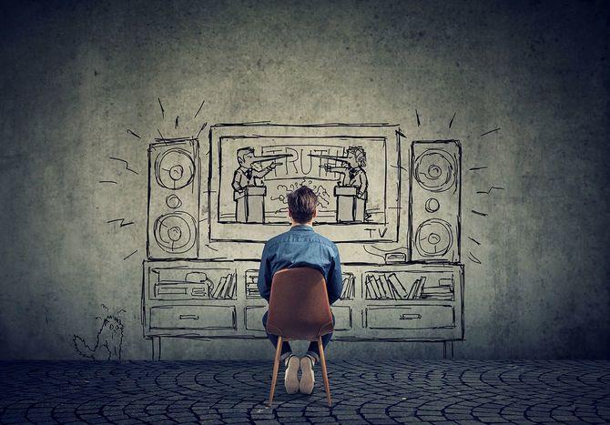 男は 2 人の政治家、ビジネスの男性の議論を持つ長い嘘つき鼻でテレビを見る