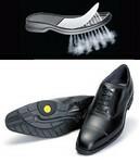 いやーな臭いのもとになる靴下の蒸れ防止に効果的。上/水は通さず湿気だけ逃がすソールを装着した「リーガルGEOX」。下/蒸れた足指部の空気をかかと方向に循環させる通気路を靴底に設けたアシックスの「ランウォーク」。