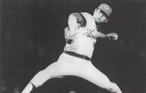 79年日本シリーズ第7戦で力投する広島・江夏豊投手。山際淳司によるノンフィクション「江夏の21球」のモデルになった。