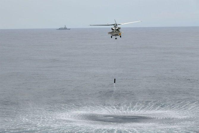 南シナ海で潜水艦の探知訓練をするSH60対潜ヘリコプター
