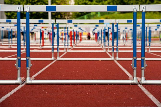 競技場に並ぶハードル