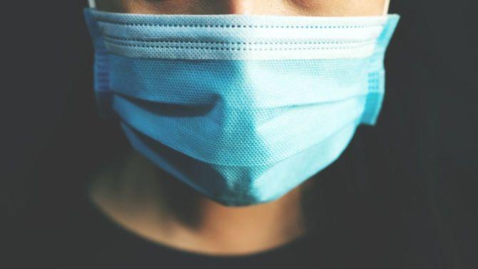 不織布マスクを着用する女性