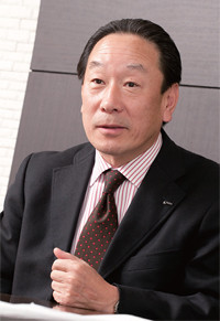 <strong>INAX社長 川本隆一</strong>●1952年、愛知県生まれ。早稲田大学理工学部卒。76年、伊奈製陶(現INAX)入社。半田工場に配属後、開発畑を歩く。常務取締役経営企画部長などを経て、2007年社長に就任。