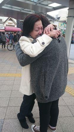 21年ぶりに再会を果たし、抱きしめ合う竹村ゆういさんの妹と実母