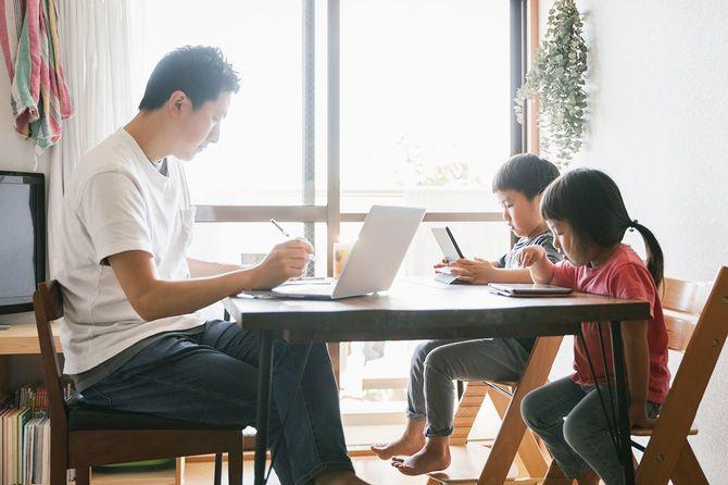 子供と一緒に家で働く父