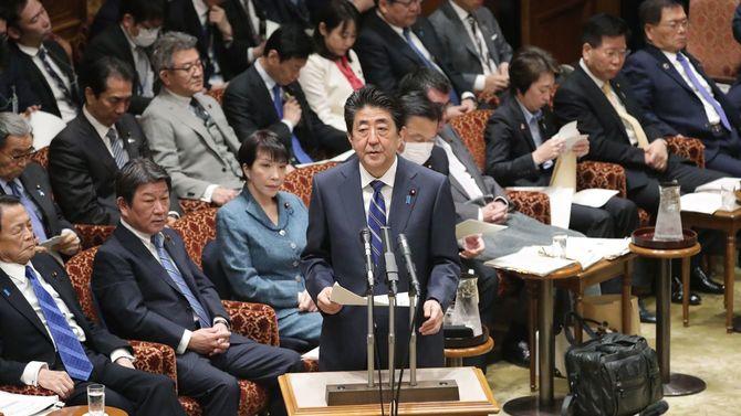 参院予算委員会の冒頭、新型コロナウイルスに関する政府対応を説明する安倍晋三首相(中央)=2020年3月2日、国会内