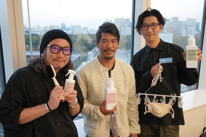 マスクと洗濯用具を持つ洗濯ブラザーズの3人