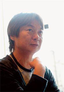 <strong>荻原 浩</strong>●おぎわら・ひろし 1956年生まれ。成城大学経済学部卒。広告会社を経て、フリーのコピーライターに。97年『オロロ畑でつかまえて』で小説すばる新人賞、2005年『明日の記憶』で山本周五郎賞を受賞。実は南国の島を訪れた経験はないという。「僕自身はからっぽに近い。だからいつも自分の世界にはないテーマを取り上げるんです」。