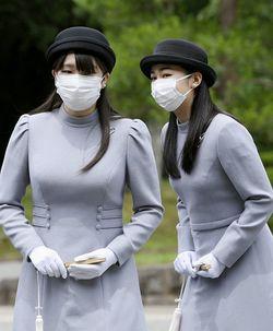 香淳皇后二十年式年祭の儀で、武蔵野東陵の拝礼を終えられた秋篠宮家の長女眞子さまと次女佳子さま