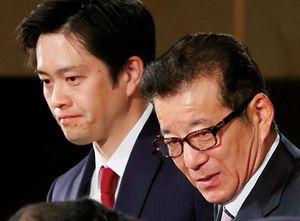 住民投票の結果を受け、記者会見する吉村洋文大阪府知事(左)と松井一郎大阪市長。