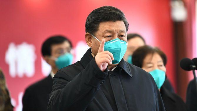 2020年3月10日中国・武漢で、習近平国家主席は、治療を受けている患者を訪問し、日夜最前線で新型コロナウイルスと戦っている医療従事者に敬意を表した