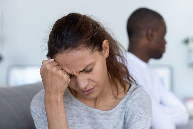 頑固な夫との戦いの後に気分を落ち込ませた妻