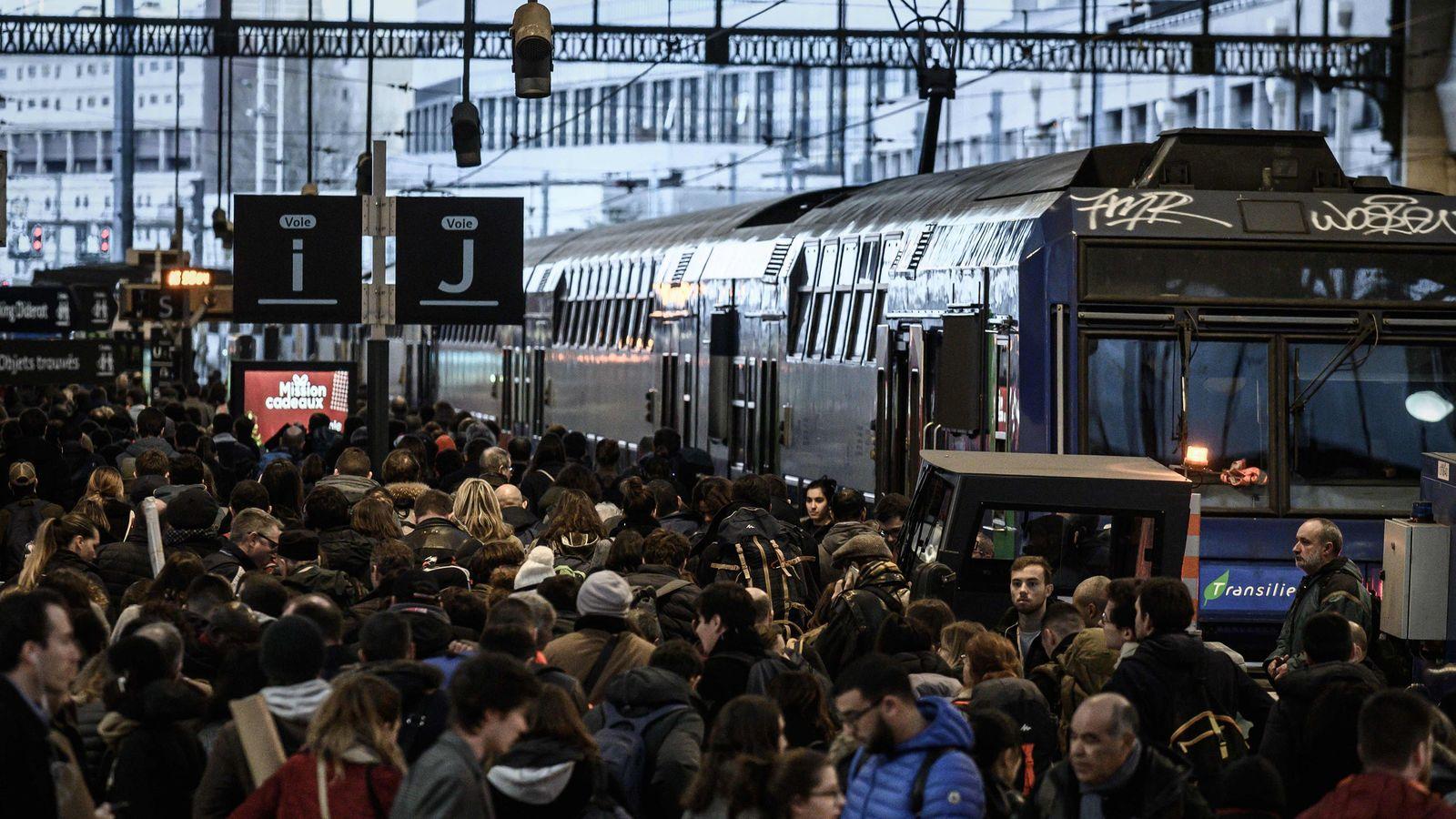 フランス人がいくら電車が止まっても駅員を怒らないワケ 「47日間連続スト」を受け入れる背景