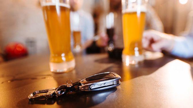 車のキーとビールジョッキ