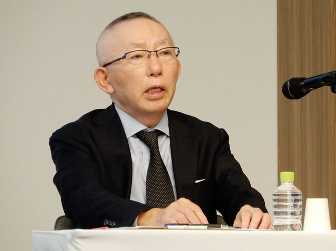 記者会見に臨むファーストリテイリングの柳井正会長兼社長