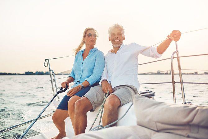 晴れた日の午後、彼らのボートを一緒にセーリングのカップルの笑顔