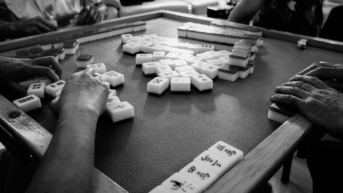 麻雀卓を囲む4人の男性