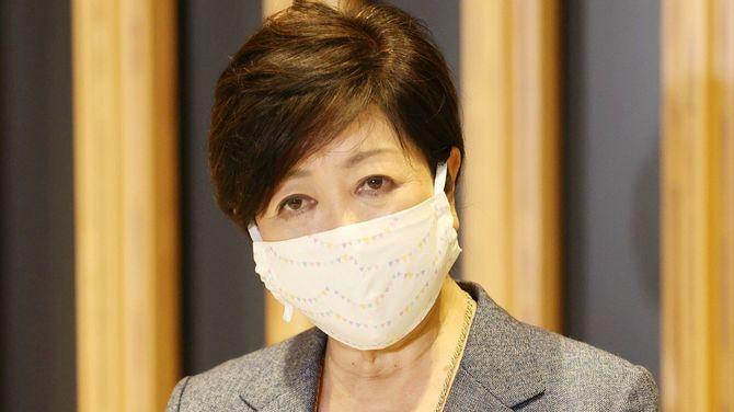西村康稔経済再生担当相との会談を終え、報道陣の取材に応じる東京都の小池百合子知事=2020年4月22日、内閣府