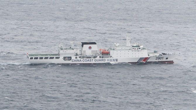 機関砲(76ミリ砲の可能性)を搭載した1万トン級の中国公船船体に「中国海警」「2901」の文字[海上保安庁提供]=2020年5月