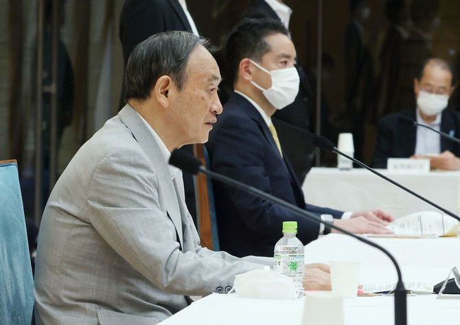 総合科学技術・イノベーション会議で発言する菅義偉首相(左)=2021年8月26日、首相官邸