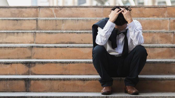 ストレスを抱えた若いアジアのビジネスマン
