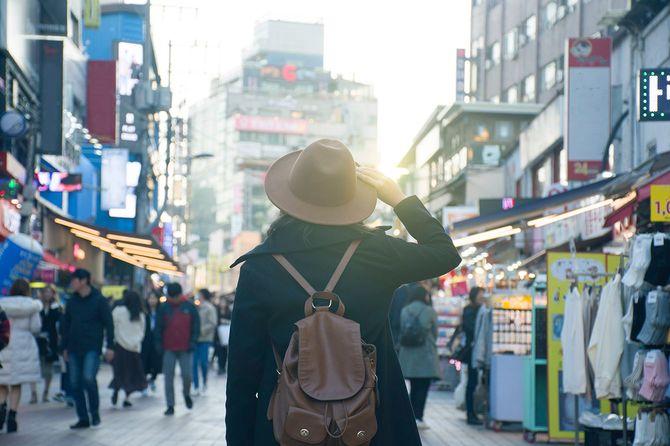 韓国・ソウルの弘大ファッションストリートマーケットで女性が観光している