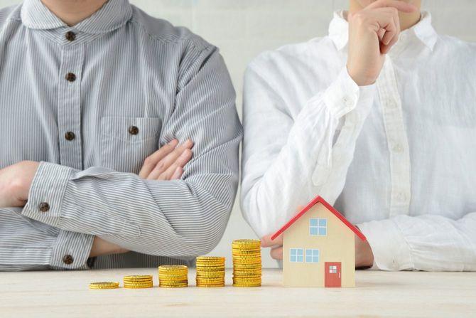 お金と家の問題について話す男女