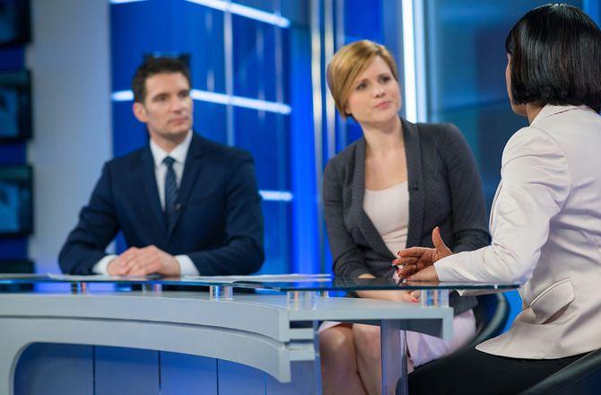 実業家と座っているジャーナリスト
