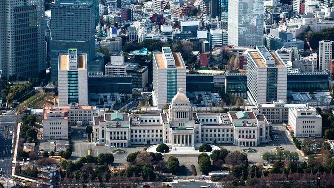 国会議事堂と高層ビル