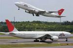 飛行機の小型化も進み、12路線で機材変更を予定。写真奥のB747-400から、より小型のB777やB767へ変更する。