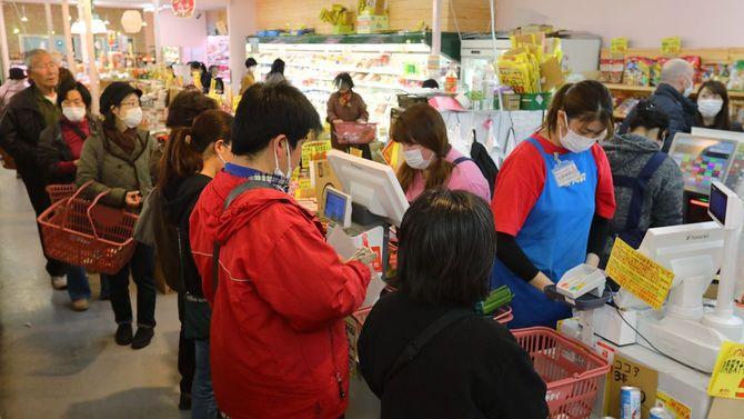 スーパーでレジ待ちする買い物客=2020年3月27日、東京都練馬区