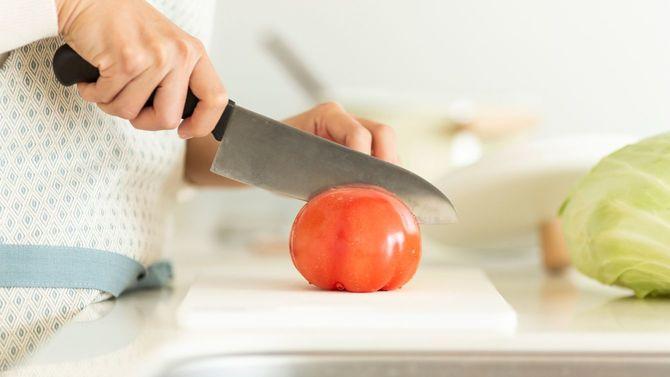 トマトを切る女性の手元