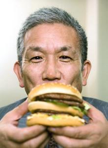 <strong>日本マクドナルドCEO 原田泳幸</strong><br>1948年、長崎県生まれ。東海大学工学部卒業後、日本NCRへ入社。横川ヒューレット・パッカード(現日本HP)などを経て、90年アップルコンピュータ・ジャパン入社。97年同社の日本法人社長に就任。2004年日本マクドナルドHDに副会長兼社長兼CEOとして入社。05年3月から同社の会長兼社長兼CEOに。趣味のドラムが最大のストレス解消だという。