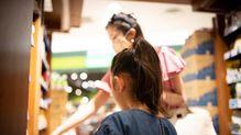 お金が貯まらない家の子がよくする「1億円貯まる家の子は絶対しない」スーパーでの