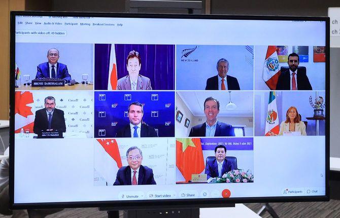 オンライン形式で開かれた閣僚級の「TPP委員会」。上段左から2人目は議長を務める西村康稔経済再生担当相=2021年9月1日、東京都千代田区