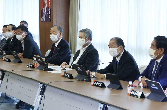 自民党総務会に臨む(右から)下村博文政調会長、二階俊博幹事長、佐藤勉総務会長ら
