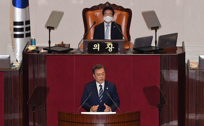 2020年7月16日、韓国の文在寅大統領が韓国・ソウルで第21回国会の開会式で演説