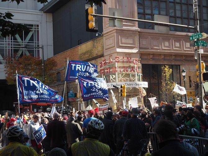 アメリカ東部ペンシルベニア州フィラデルフィアの集計会場前で行われたトランプ支持者(左手前)とバイデン支持者(右奥)のデモ