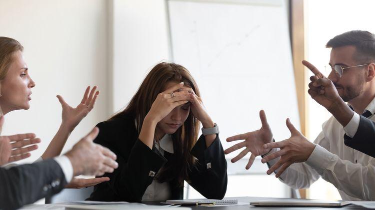 「怒鳴る、指示を無視する」上司に逆パワハラをする
