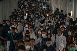 マスクする人々