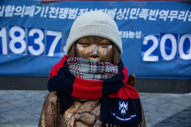 ソウルの日本大使館近くに設置されている慰安婦問題を象徴する少女像