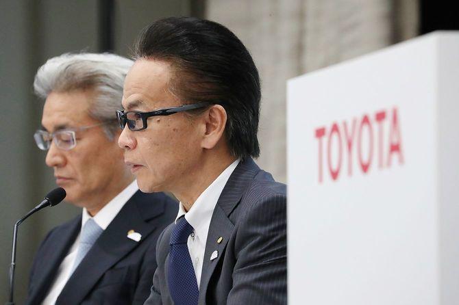 記者からの質問に答えるトヨタ自動車の友山茂樹副社長(右)