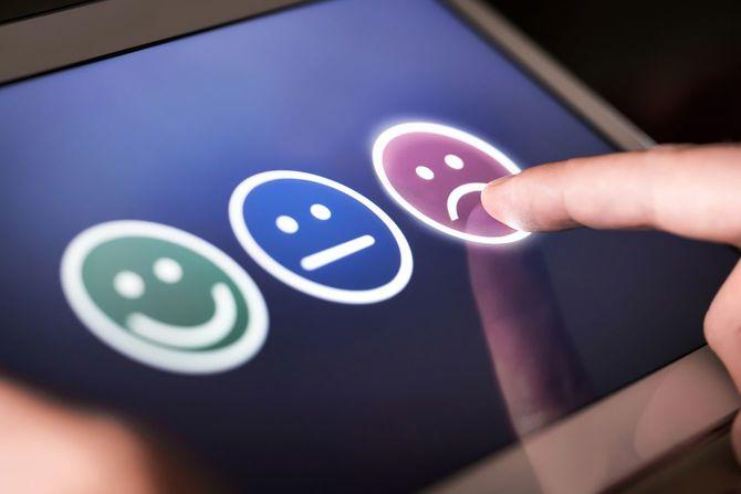 不満と失望の顧客が低評価と調査、世論調査やアンケートの負のフィードバックを与えます。サービスの質についてのレビューを与える悲しいと不満の男。
