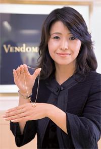 <strong>ヴァンドーム ヤマダ 第一営業部 東京第一グループ グループ長代田こず枝</strong>●東京生まれ。1982年三陽商会入社、高級紳士服の販売スタッフ、ショップ店長を歴任。87年ヴァンドーム ヤマダに転職、2008年より現職。