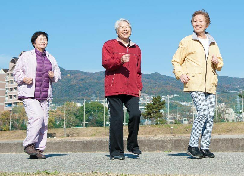 「歩く速度」で認知症を早期発見する方法 まずは老親を散歩に誘ってみよう