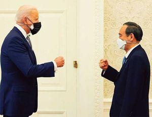 ホワイトハウスでジョー・バイデン米大統領(左)との会談に臨む菅義偉首相。