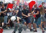不況に陥ったギリシャ政府に抗議活動をする労働者たち。(写真=PANA)