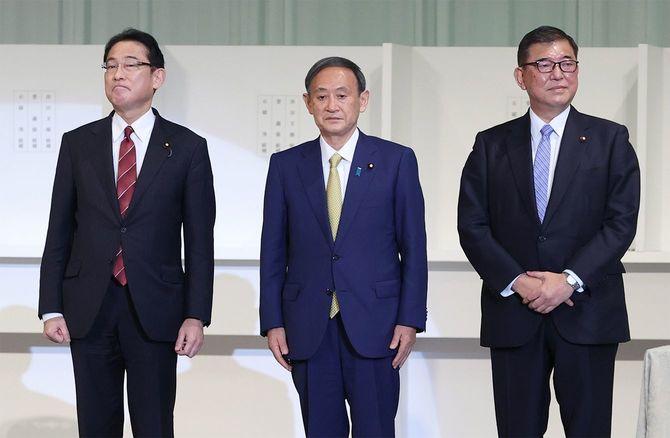 自民党両院議員総会で、壇上に上がる(左から)岸田文雄政調会長、新総裁の菅義偉官房長官、石破茂元幹事長