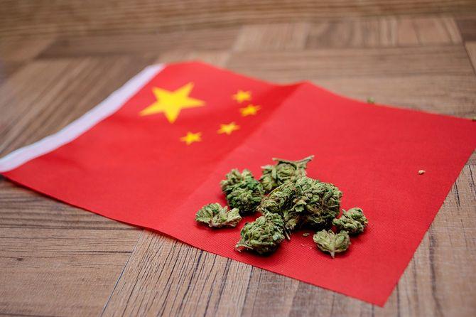 中国の国旗の上に大麻